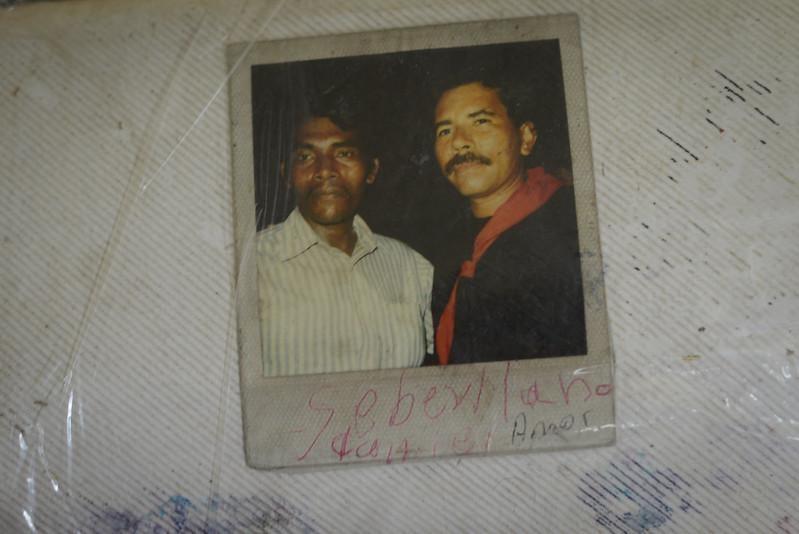 Un miskito de la comunidad de San Jerónimo muestra su foto con el entonces candidato presidencial Daniel Ortega, quien les prometió a los indígenas protección de los territorios. Carlos Herrera | Divergentes.